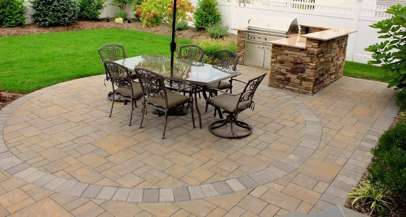 Cambridge-Ledgestone-Paver-Patio-in-Toffee-Onyx-with-decorative-inlays-in-Melville-NY